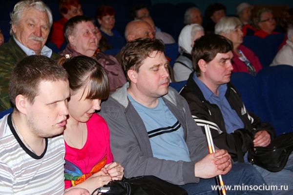 Соцзащита оказала помощь в доставке зрителей на показ фильма для слепых и слабовидящих
