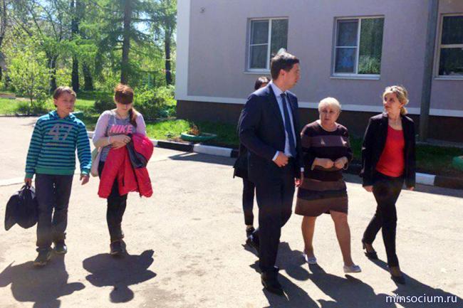 Андрей Гнеушев посетил социальные учреждения Большемурашкинского и Кстовского районов