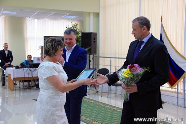 Дмитрий Сватковский наградил руководителей социальных учреждений